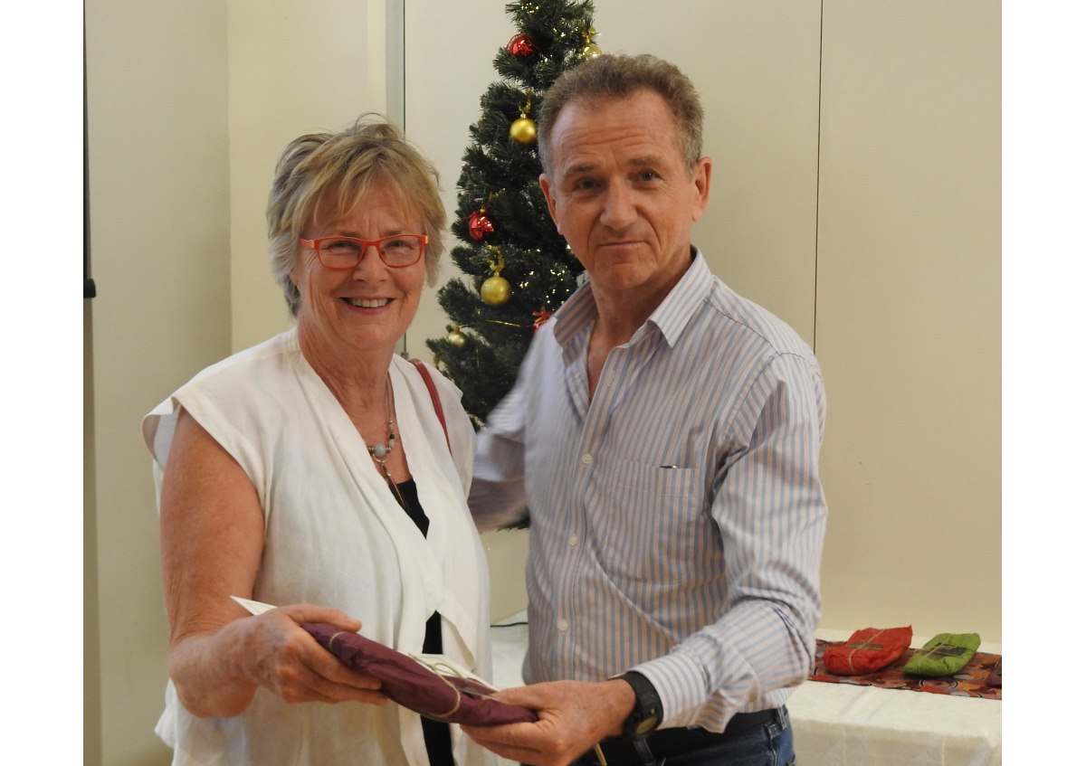 Professor John Wakerman Associate Dean Flinders NT presenting Dr Meg Simmons with the Flinders NT Outstanding Regional Supervisor Award for Allied Health in Central Australia